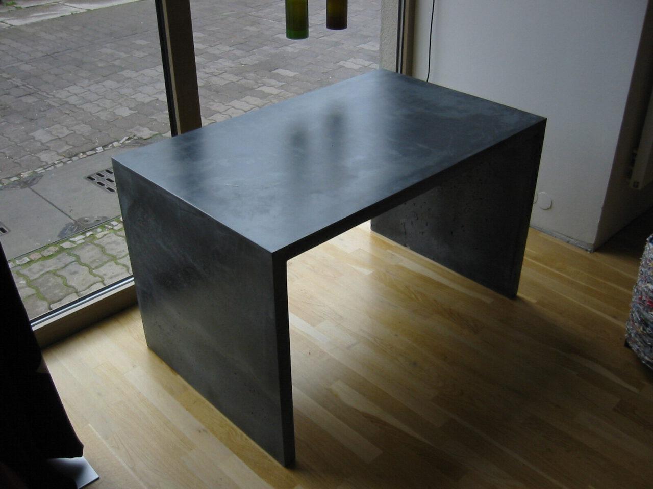 Beton U Tisch
